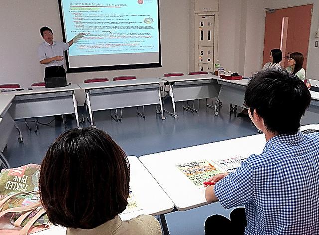マレーシアに留学する学生を対象に開かれた危機管理の研修=東京都八王子市の首都大学東京