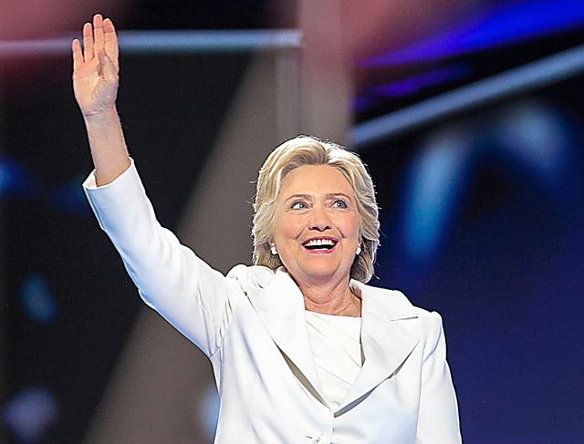 28日、大統領候補の指名受諾演説に臨むクリントン前国務長官=ペンシルベニア州フィラデルフィア、ランハム裕子撮影