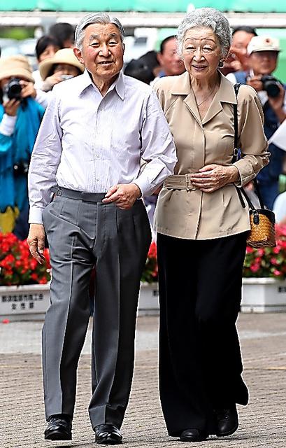 25日、静養のため栃木県那須塩原市に到着した天皇、皇后両陛下=鬼室黎撮影