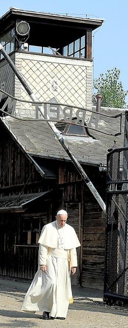 29日、ポーランド・アウシュビッツ強制収容所跡の鉄門をくぐる法王