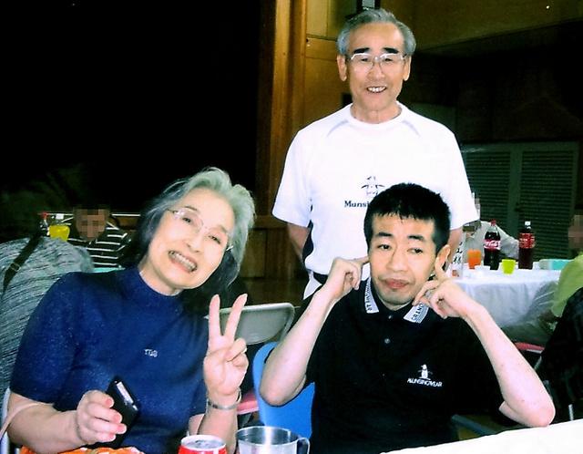 2009年9月の交流食事会での森さん一家。手前左から、母悦子さん、真吾さん。後ろが父の正英さん=悦子さん提供(画像の一部を修整しています)