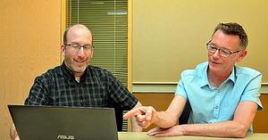 マイクロソフトでコルタナの開発に携わるフォスターさん(右)とダグラスさん=ワシントン州レッドモンド、宮地ゆう撮影
