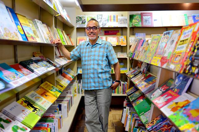 「親子で欲しい本が違ったときは、子どもの味方をするようにしています」と話す「メリーゴーランド」の店主、増田喜昭さん。2階は子どもの絵画造形教室のアトリエ、3階には講堂がある=三重県四日市市松本3丁目