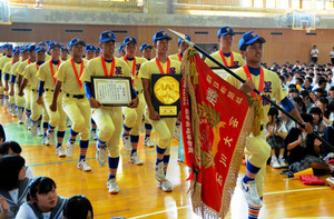 満場の拍手に迎えられて行進する選手たち=金沢市小坂町