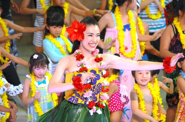 観客の子どもたちもステージにあげ、一緒に踊るモアナ梨江さん=いわき市
