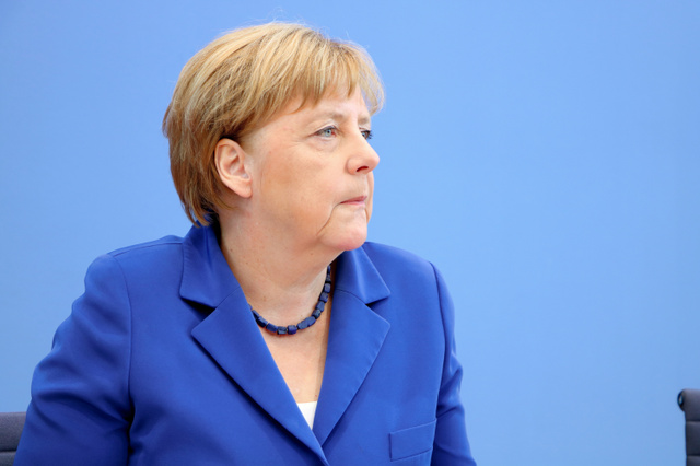 会見に臨むメルケル首相。難民受け入れについて「私たちの歴史的な使命である」と理解を求めた=7月28日、ベルリン、高野弦撮影