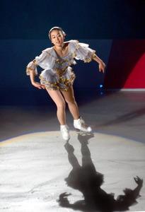 浅田真央、新プログラム披露 姉の舞さんと久々共演も