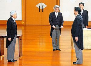 天皇陛下から任命のお言葉を受ける安倍晋三首相。中央は小泉純一郎元首相=2006年9月26日、皇居・正殿「松の間」