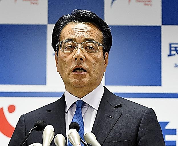 記者会見に臨む岡田克也代表