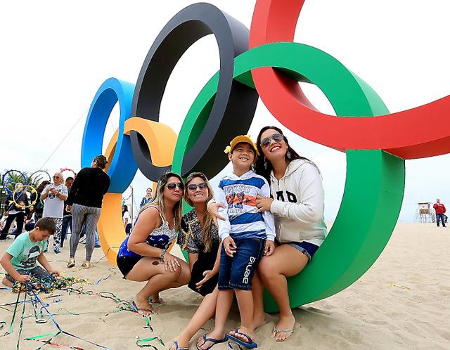コパカバーナビーチに登場した巨大な五輪マーク=21日、西畑志朗撮影