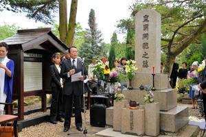 ロンドン日本人墓地、麻生財務相が献花 80周年慰霊祭
