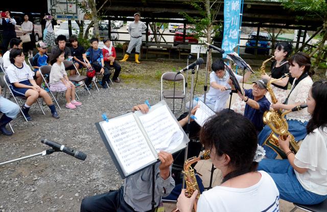 サクソフォン四重奏団が演奏を披露した=薩摩川内市高江町