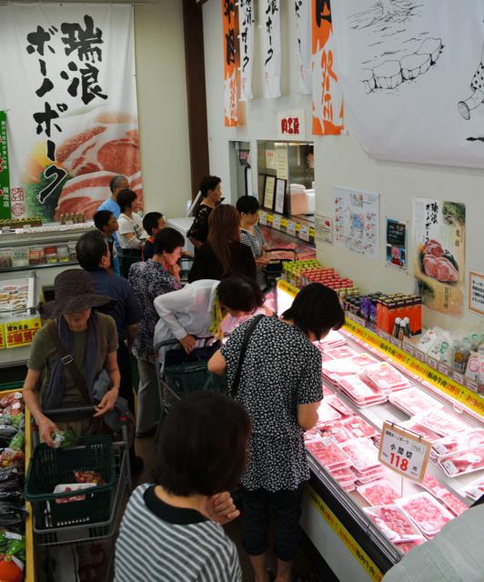 きなぁた瑞浪では多くの客が瑞浪ボーノポークの販売コーナーに集まっていた=瑞浪市土岐町