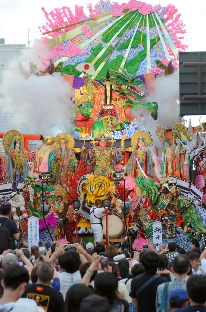 初日から大勢の見物客が繰り出した八戸三社大祭=八戸市