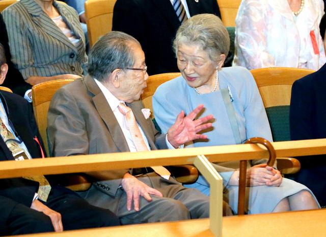 「ベー・チェチョルコンサート」の会場に到着し、聖路加国際大学の日野原重明名誉理事長(左)と会話する皇后さま=31日午後2時20分、東京都新宿区の東京オペラシティコンサートホール、代表撮影