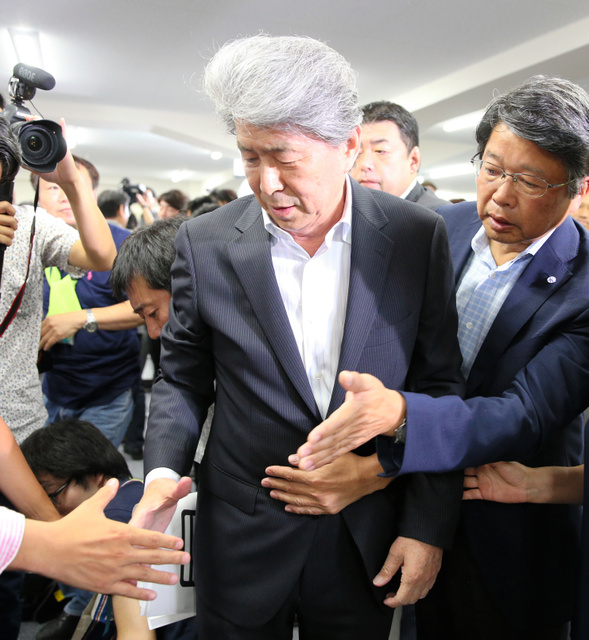 選挙事務所をあとにする鳥越俊太郎氏=31日午後8時39分、東京都港区、川村直子撮影