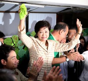 当選を決め、支持者の前で両手をあげる小池百合子氏=31日午後8時24分、東京都豊島区、遠藤啓生撮影