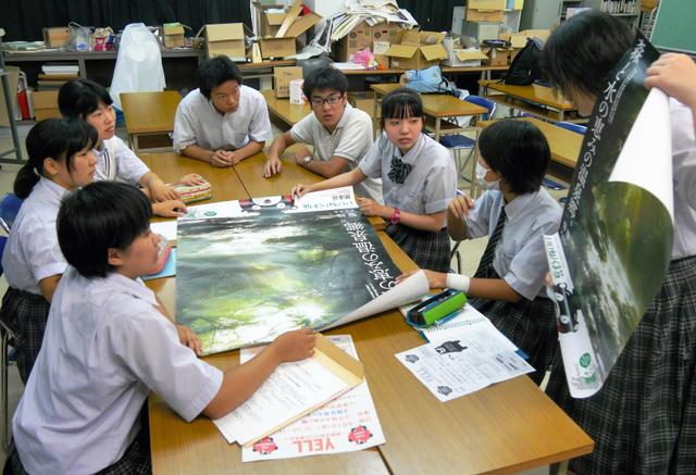 復興応援イベントに向けて、打ち合わせをする府立旭高校の生徒=大阪市旭区