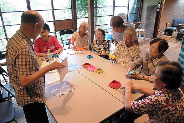 「シェア奥沢」では、要支援者とボランティアが一緒に折り紙をしていた=東京都世田谷区