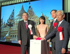 8K試験放送の開始ボタンを押す籾井勝人・NHK会長(左)ら。後ろの画面は8Kの映像=東京都渋谷区のNHK放送センター