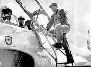 北海道視察のため航空自衛隊のジェット練習機に乗り込む中曽根康弘・防衛庁長官=1970年1月