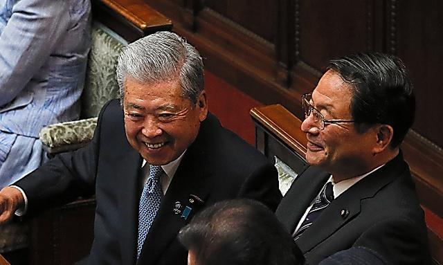 参院議長に選出された伊達忠一氏(左)と副議長に選出された郡司彰氏=1日午前10時16分