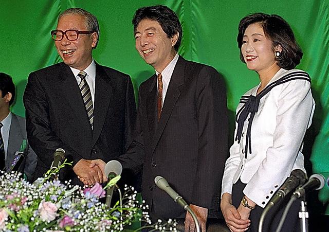 日本新党時代の小池百合子氏(右)=1993年6月
