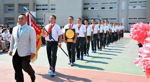 壮行会で行進する中京の選手ら=瑞浪市土岐町