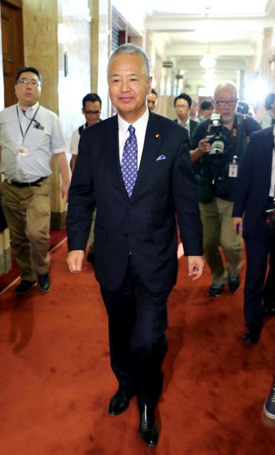 衆院本会議後に記者団の取材を終えて立ち去る甘利明・前経済再生相=1日午後1時24分、関田航撮影