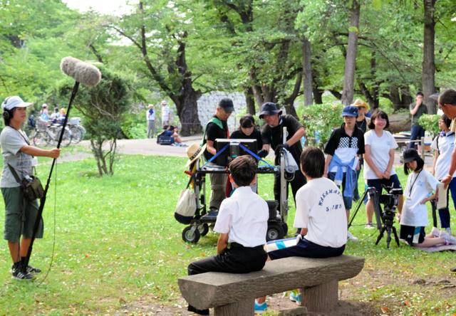 本番を前にプロの助言を受けながら撮影の準備を進める中学生たち=会津若松市の鶴ケ城公園