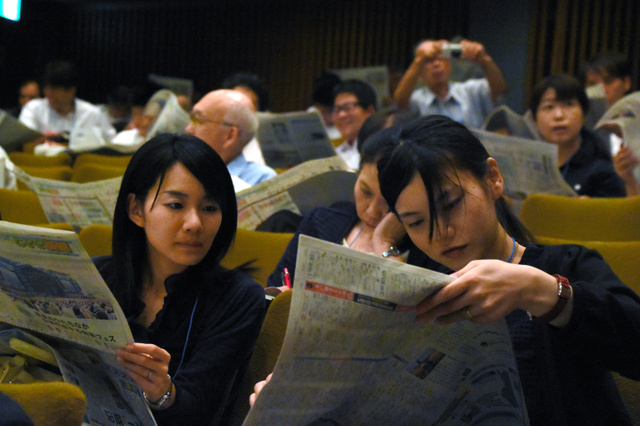 シンポジウムでは、教諭たちが新聞を使って、印象に残った記事について話し合った=水戸市の県民文化センター