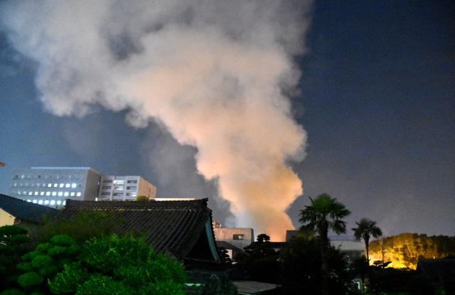 印刷工場兼住宅から激しく上がる煙=1日午後10時55分、福岡市博多区御供所町、宮谷由枝撮影