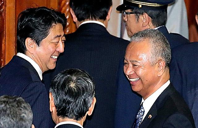 衆院本会議を終え、安倍晋三首相(左)にあいさつする甘利明・前経済再生相=1日