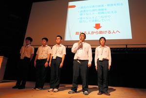 減災の取り組みについて報告した名古屋高校の生徒ら=広島県廿日市市