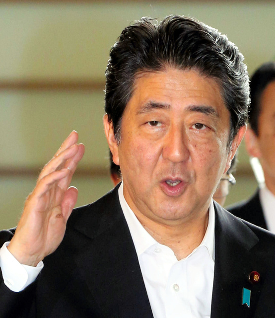 首相官邸に入る安倍晋三首相=2日午前8時56分、飯塚晋一撮影