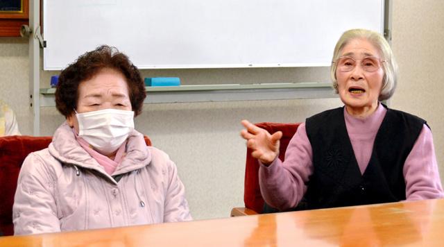 ツタエさん(左)と静子さん。被爆者と認めるよう訴えた=長崎市役所
