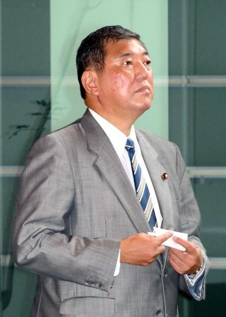 臨時閣議のため首相官邸に入る石破茂地方創生相=2日午後3時55分、飯塚晋一撮影