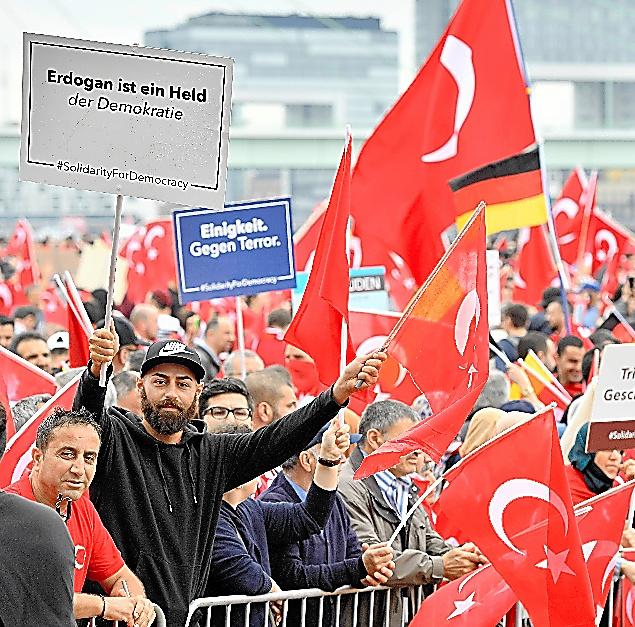 ドイツ西部ケルンで7月31日、トルコ系住民がエルドアン大統領を支持する集会を開いた=AP