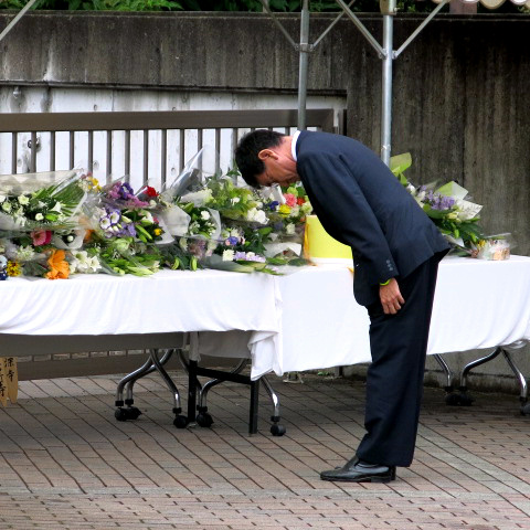 献花した後、頭を下げる河野太郎国家公安委員長=3日午前、相模原市緑区、吉田伸八撮影