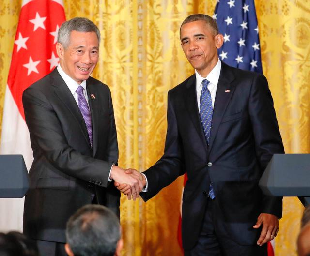 米ホワイトハウスで2日、会見後に握手するオバマ大統領(右)とシンガポールのリー・シェンロン首相=AP