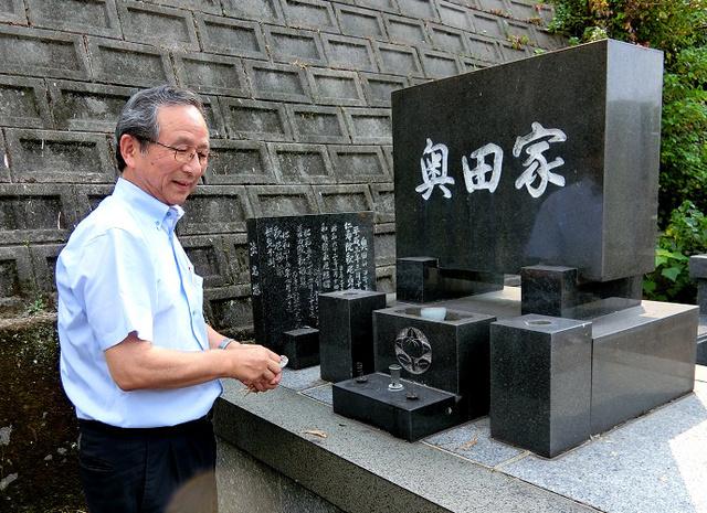 奥田家の墓を下見に訪れたシルバー人材センターの佐藤孝一さん。「まだきれいでしょ」と話す=大分市