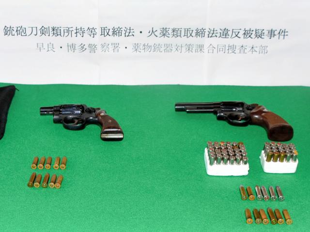 押収された拳銃と実弾=福岡市早良区の早良署、鈴木峻撮影