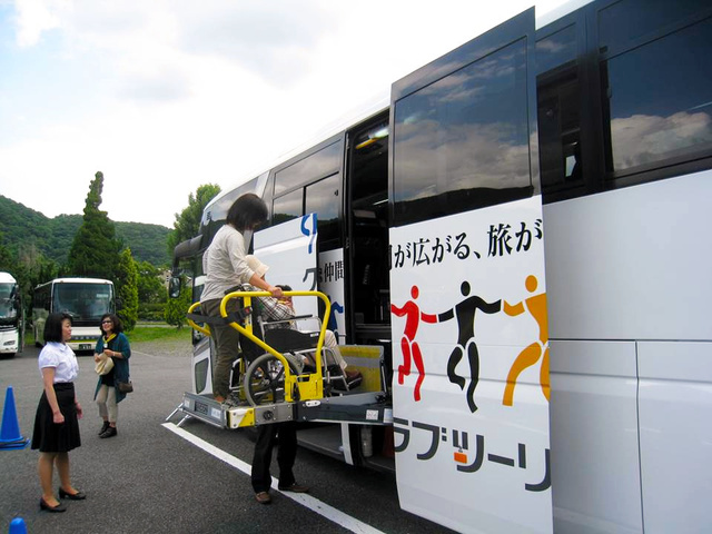 障害者や高齢者が車いすのままで旅行できる大型リフトつきバス=クラブツーリズム提供
