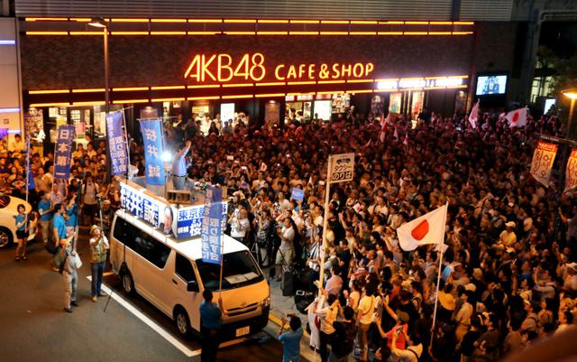 選挙戦最後の夜、JR秋葉原駅前での桜井誠氏の街頭演説。支持者らが日の丸を手に集まった=7月30日夜、西本秀撮影