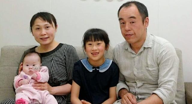 友田家4人の初めての記念写真=5月7日、家族提供