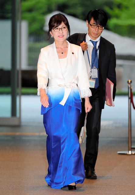 認証式を終え、首相官邸に戻る稲田朋美防衛相=3日午後6時5分、首相官邸、関田航撮影