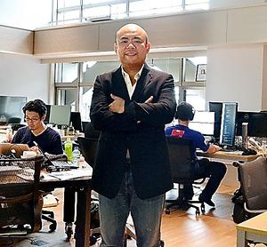 ミスルトウのオフィスに立つ孫泰蔵氏。ベンチャー育成に情熱を傾ける=東京都港区