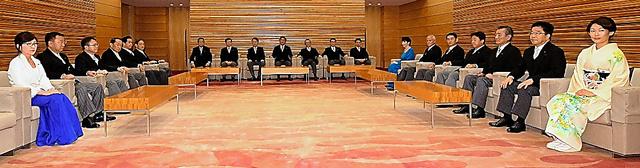 初閣議に臨む安倍晋三首相と第3次安倍再改造内閣の閣僚=3日午後7時17分、北村玲奈撮影