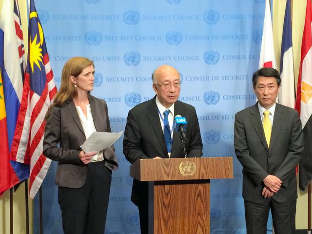 国連安全保障理事会の緊急会合後、米韓の国連大使と共同会見した日本の別所浩郎大使(中央)=3日、米ニューヨークの国連本部、金成隆一撮影