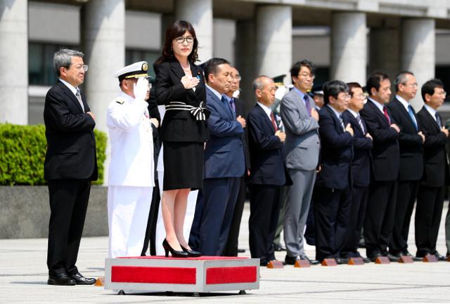 写真・図版 儀仗(ぎじょう)隊による栄誉礼を受ける稲田朋美防衛相=4日午後、東京都... 稲田防